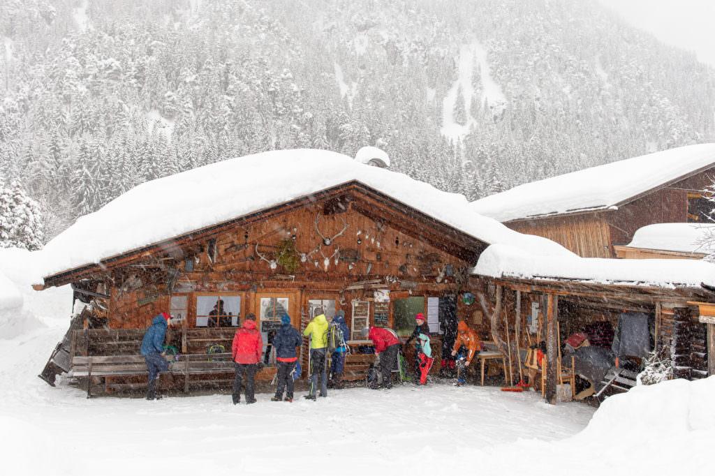 Etappenziel zum Mittagessen am ersten Tag auf der Schneewanderung: Polis Hütte, Foto Johannes Geyer